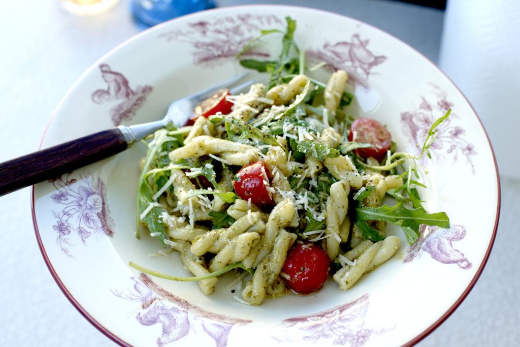 Recept från Zeta. Strozzapreti_med_cocktailtomater_pesto_och_parmesan