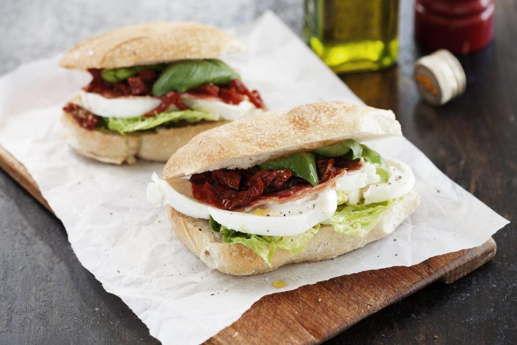 Recept från Zeta: Ciabatta med buffelmozzarella och salami