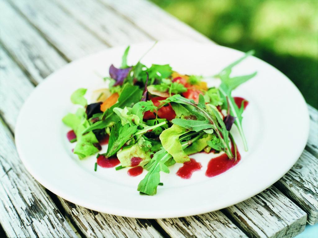 Recept från Zeta: Grönsallad med tomat, örter och hallonbalsamico