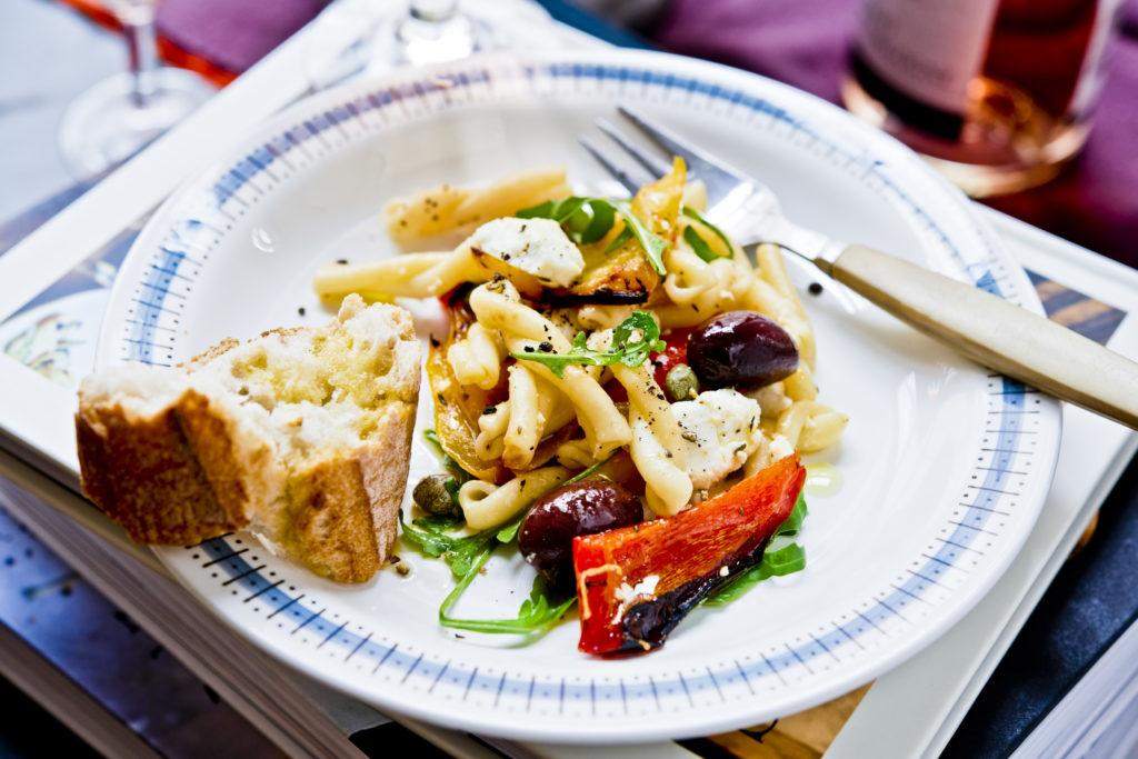 Recept från Zeta: Pastasallad med kapris, fetaost och kalamataoliver