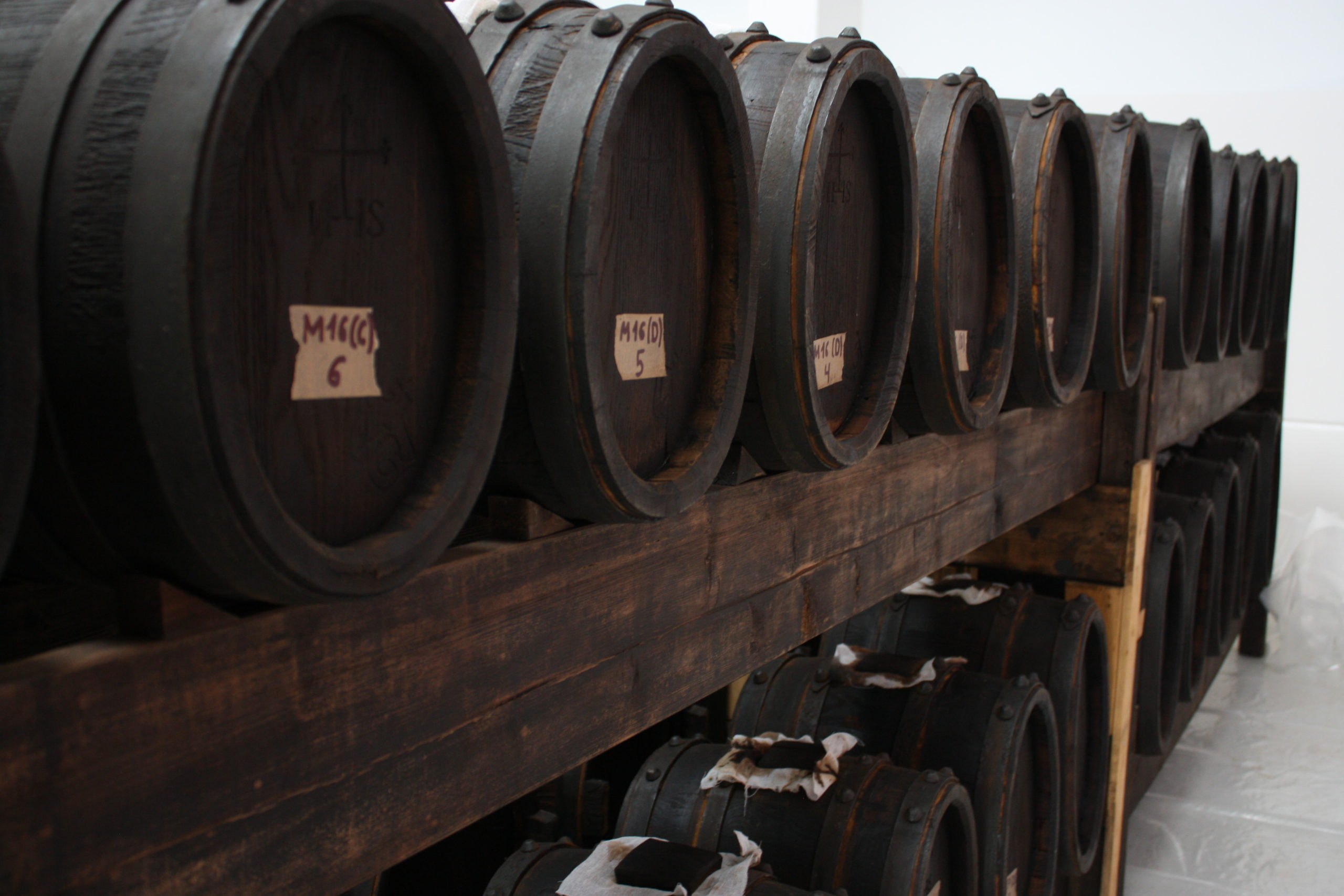 Batteri av tunnor med Balsamvinäger Tradizionale