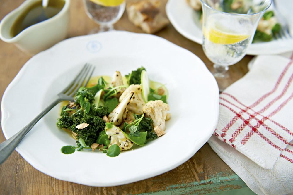Recept från Zeta: Sallad på blomkål med broccolikräm och krispig kål