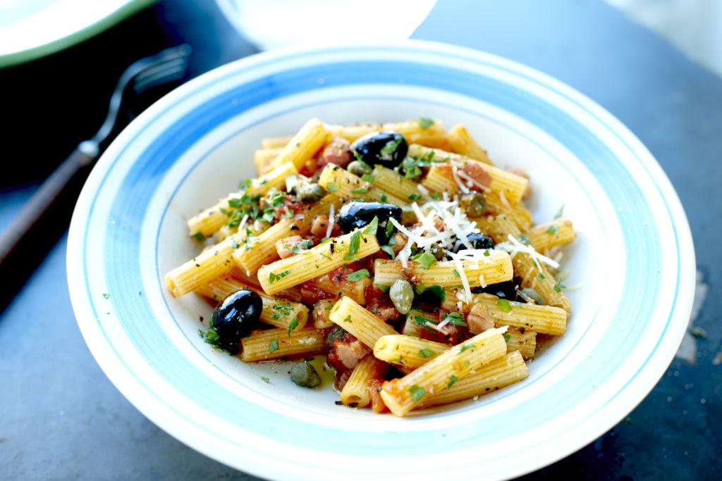 Recept från Zeta: Sedani med tomater, bacon, kapris och oliver