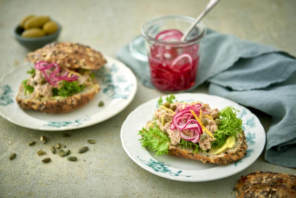 Recept från zeta.nu Fröfralla med tonfiskröra och picklad rödlök