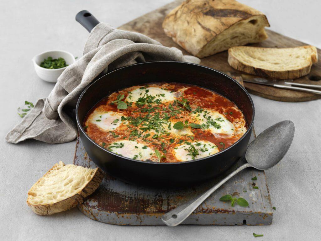 Ägg i tomatsås med vita bönor