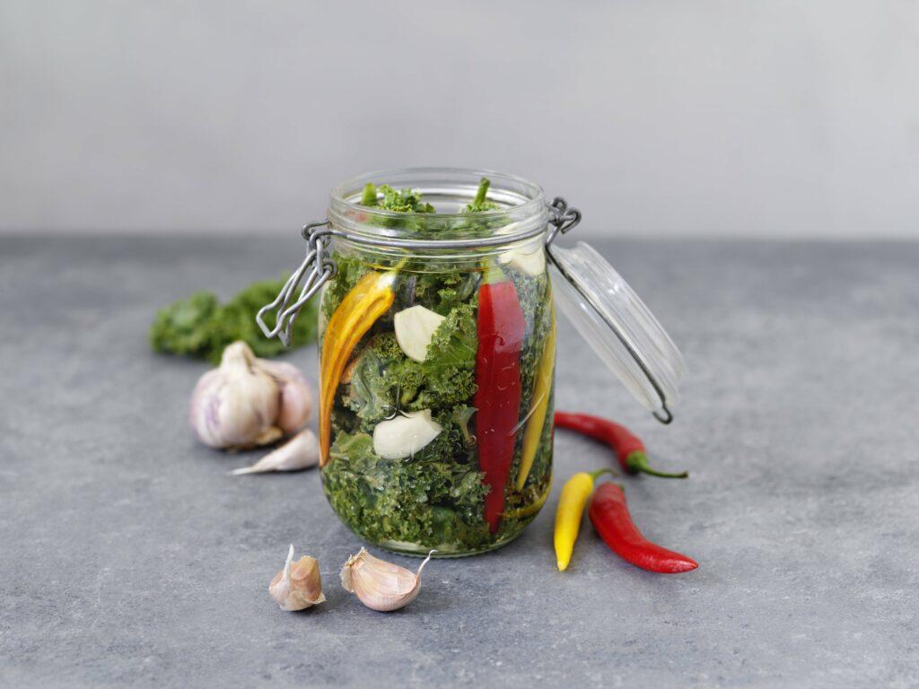 Picklad grönkål, chili och vitlök