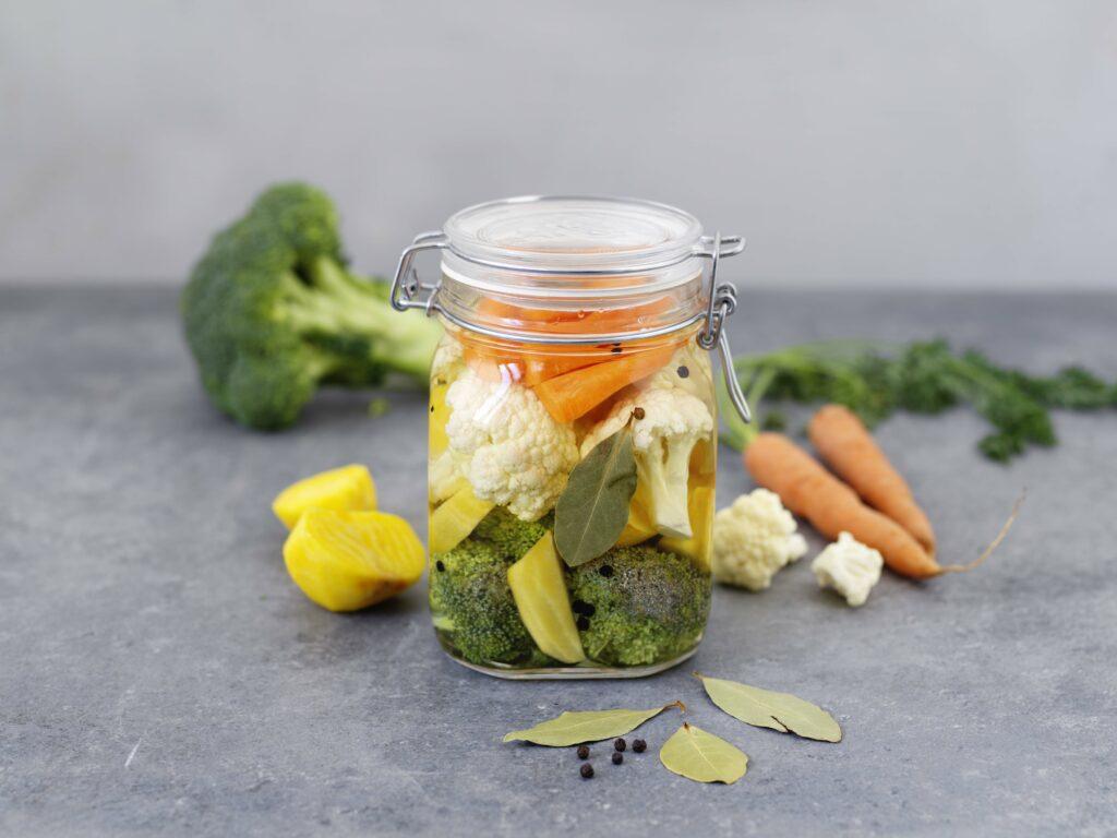 Picklade morötter, gulbetor, broccoli och blomkål