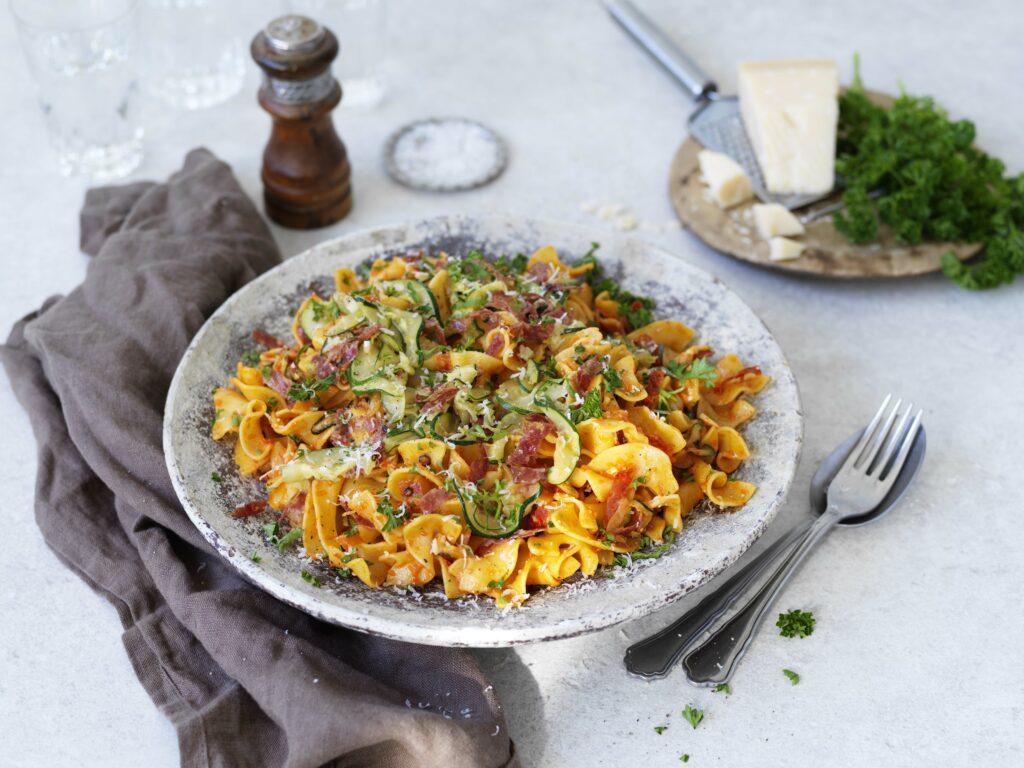 Recept på Pappardini med pesto och salami