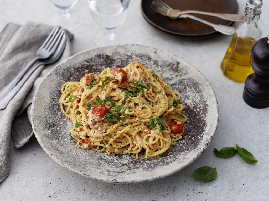 Spaghetti med ugnsbakad fetaost och tomater