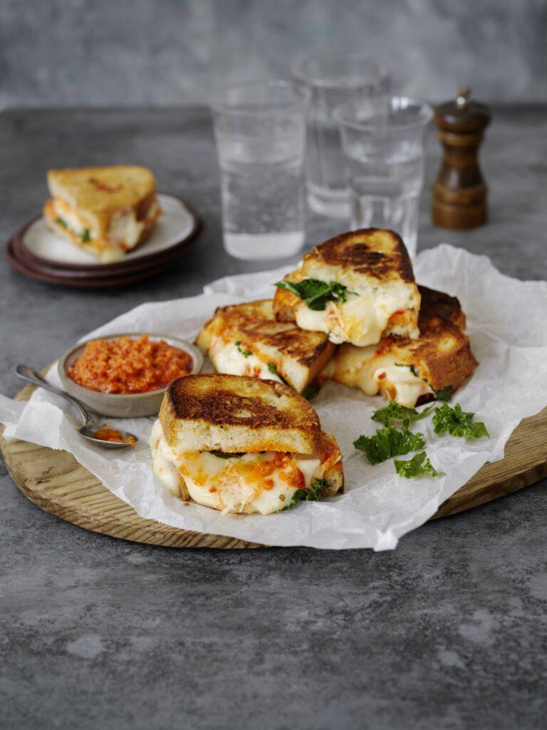 Grilled cheese sandwich med tre italienska ostar