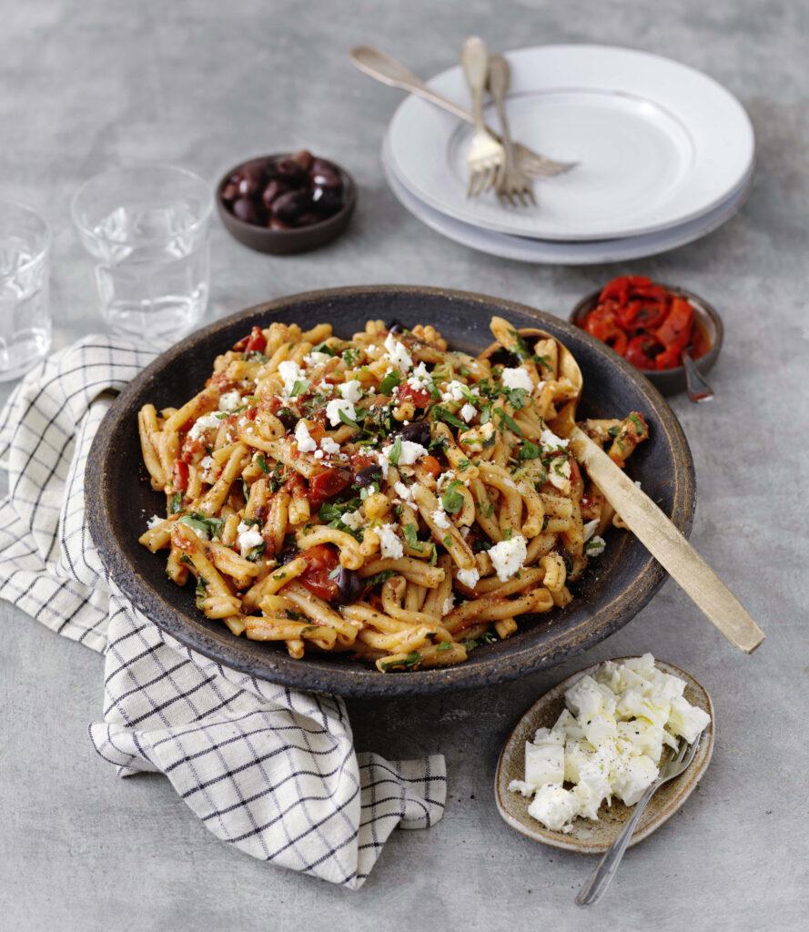 Strozzapreti med fetaost, paprika och oliver