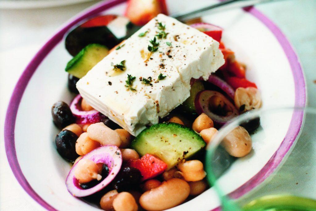 Recept från Zeta. Bönsallad med tomater, oliver och fetaost