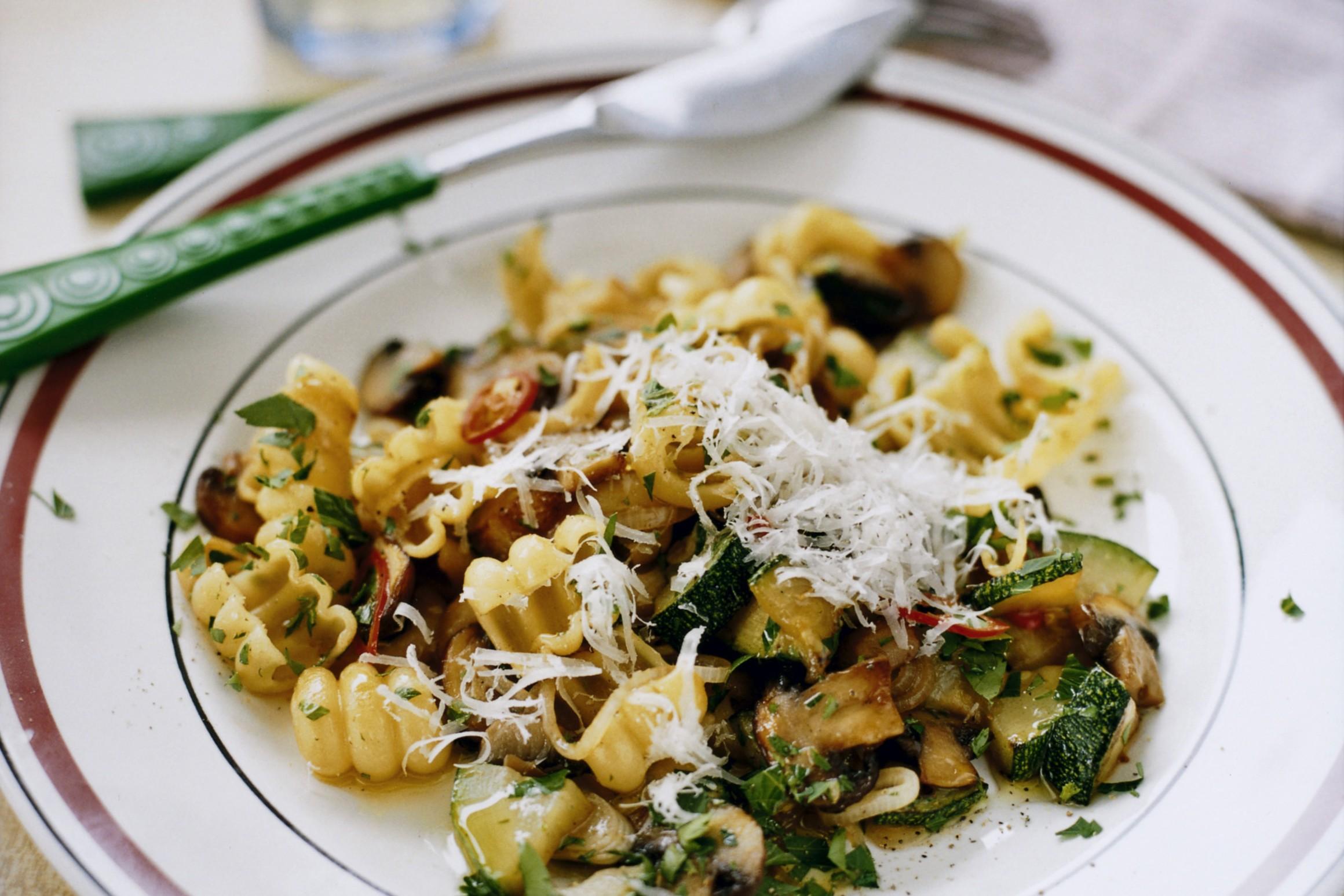 pasta med zucchini och svamp