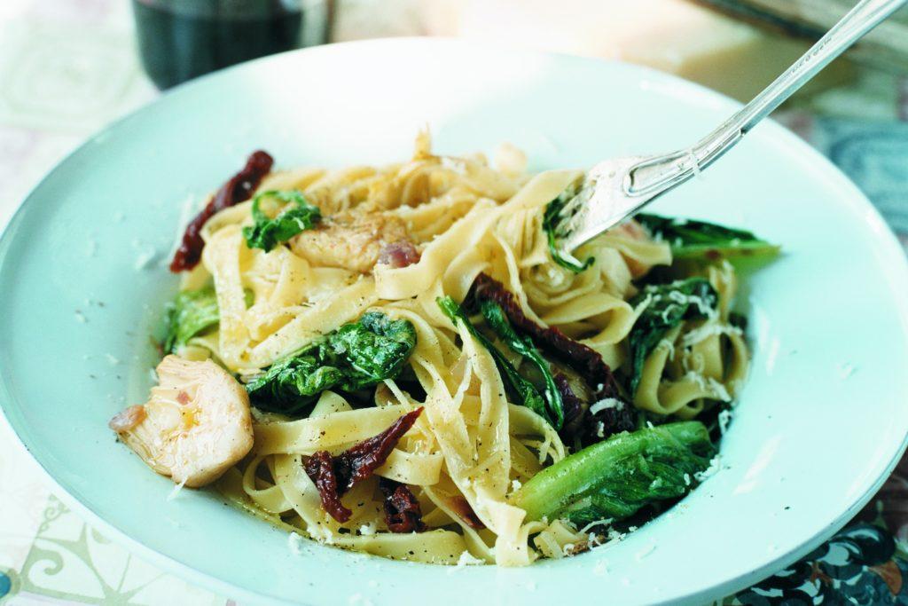Recept från Zeta. Pasta_med_sallad_soltorkadetomater_kronartskockor