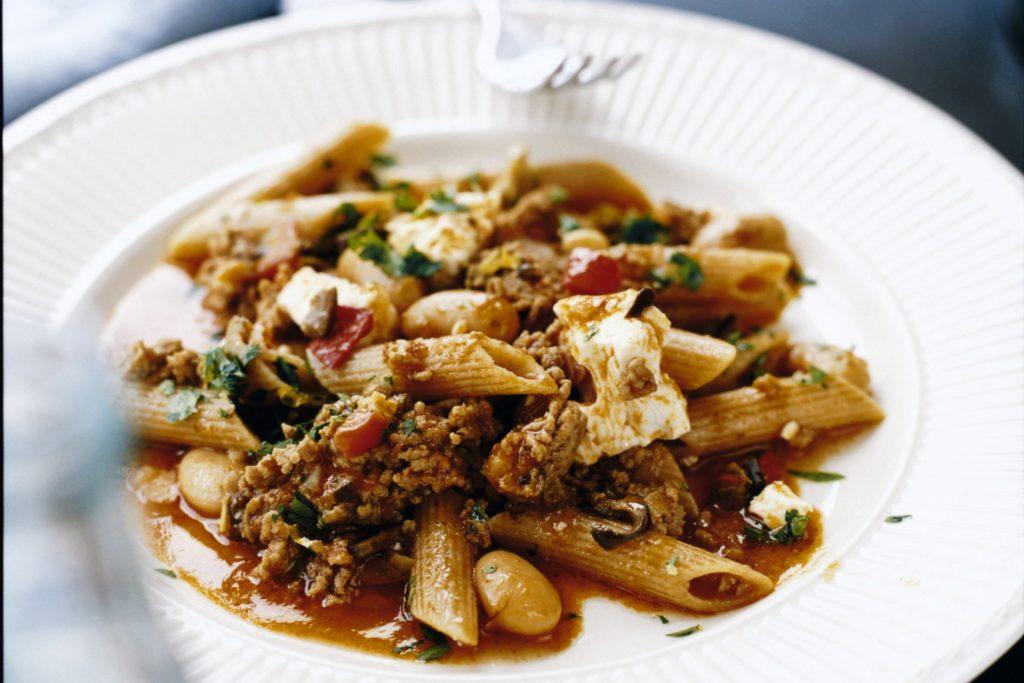 Recept från Zeta. Penne med lammfärssås, fetaost, oliver och kapris