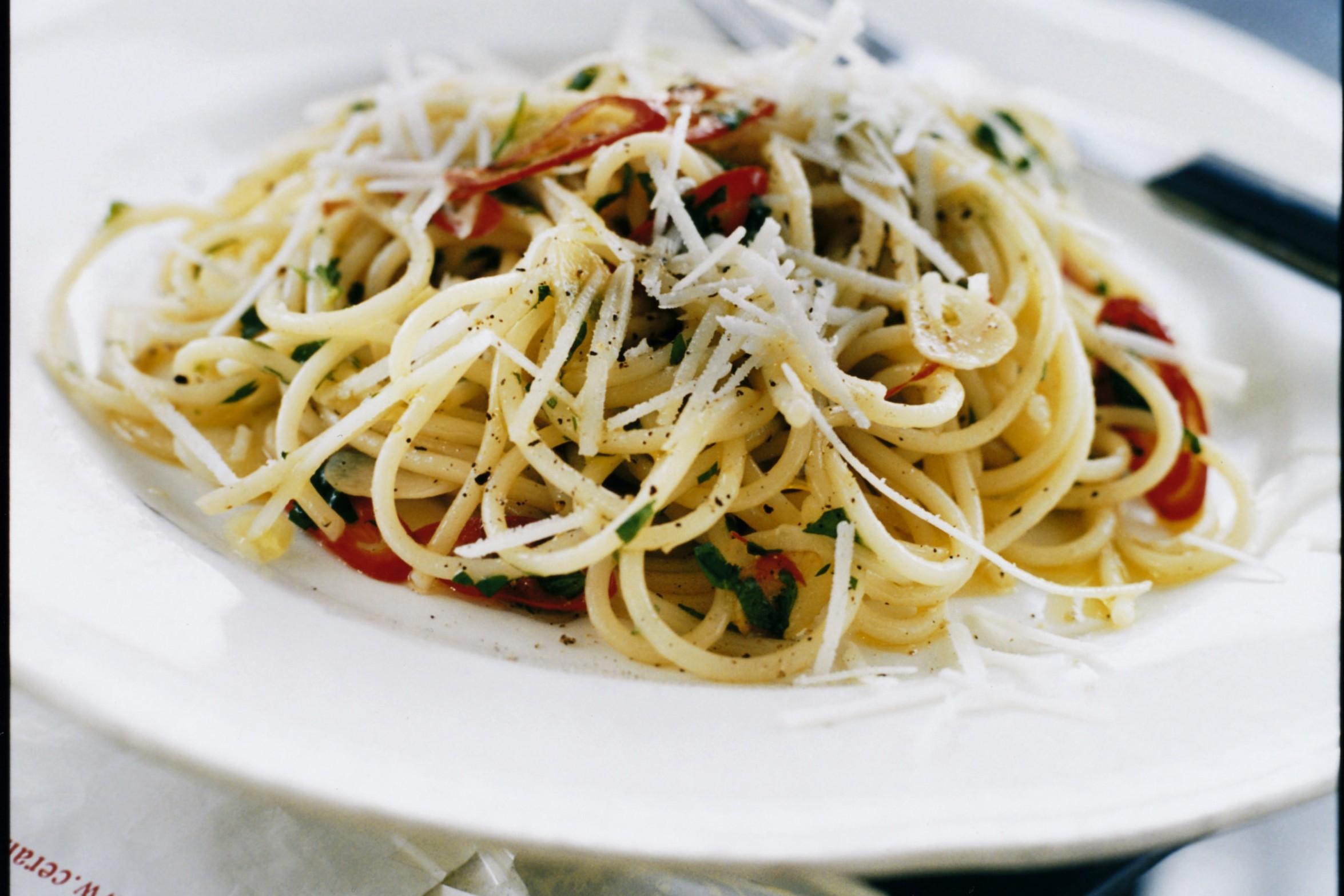 Spaghetti Med Vitlok Chili Och Pecorino Ost Recept Zeta