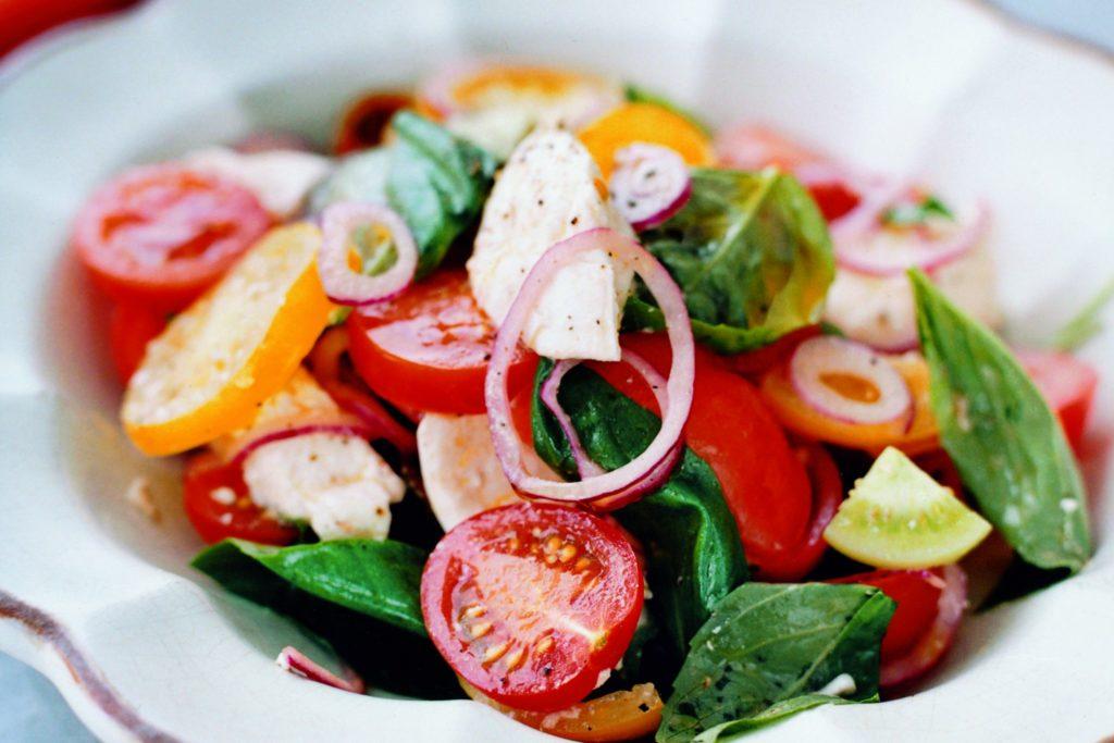 Recept från Zeta. Tomatsallad_med_rödlök_mozzarella_och_basilika_st