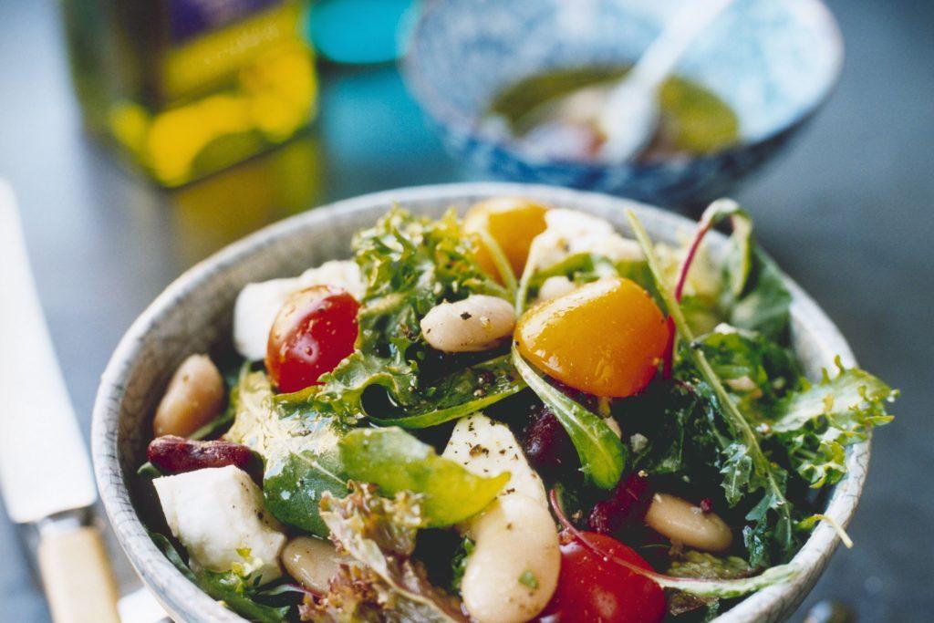 Recept från Zeta. ekologisk_sallad_med_bonor_tomat_och_fetaost