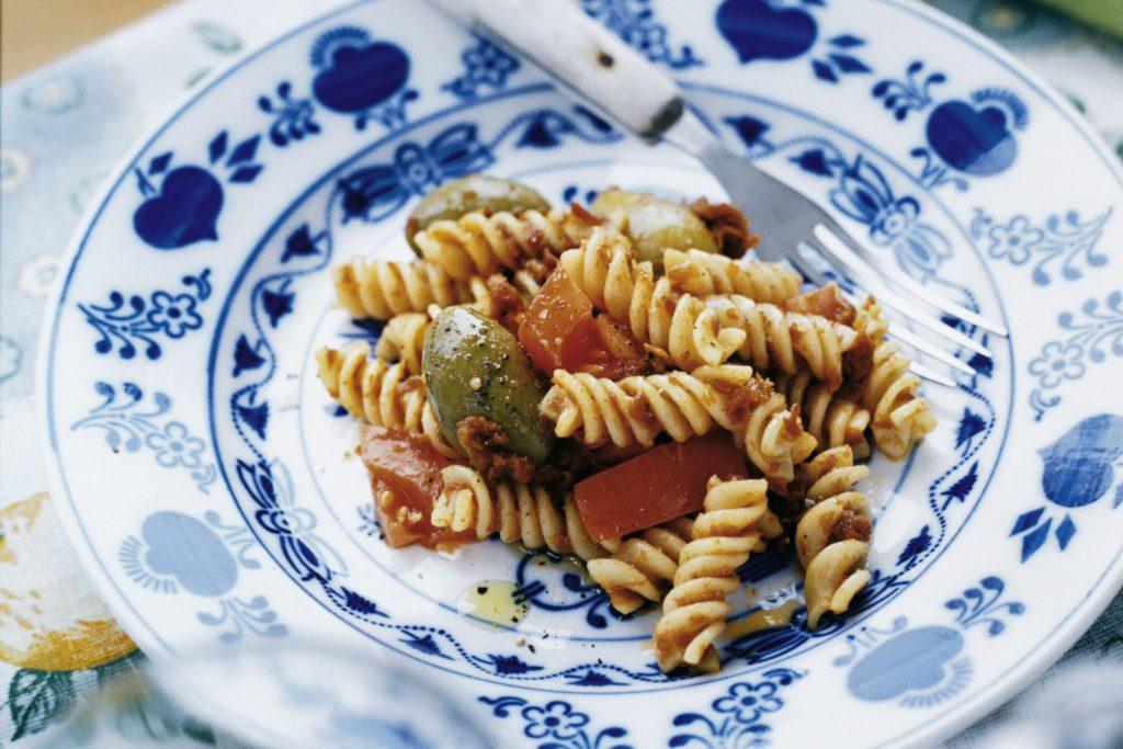 Recept från Zeta. pastasallad_med_soltorkade_tomater_och_oliver