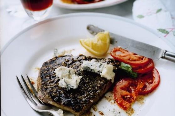 Recept från Zeta: Entrecote med gorgonzola och tomatsallad