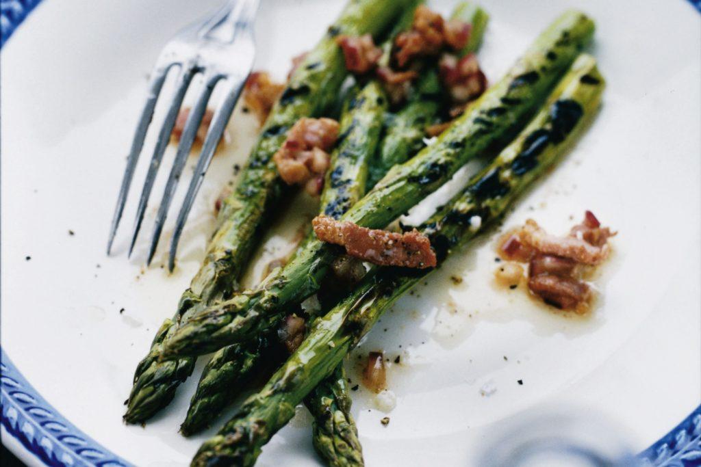 Recept från Zeta: Grön Sparris med ljummen baconvinägrett