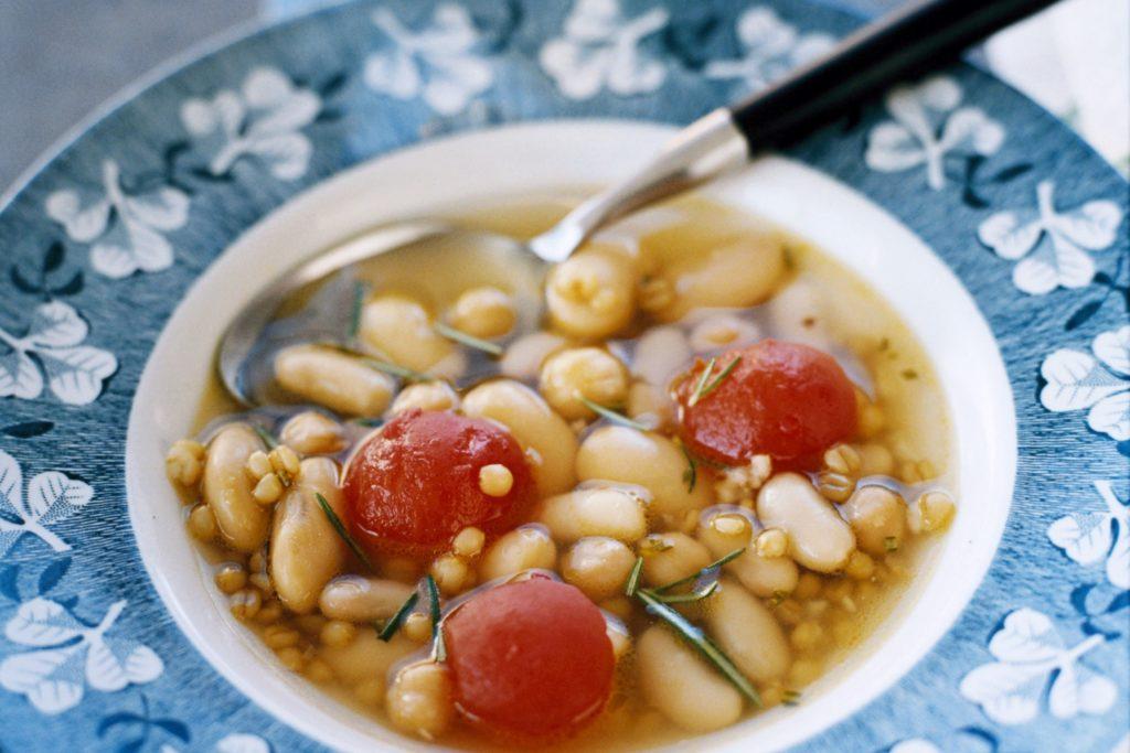 Recept från Zeta: Grön, vit och röd soppa med matvete, tomat och bönor