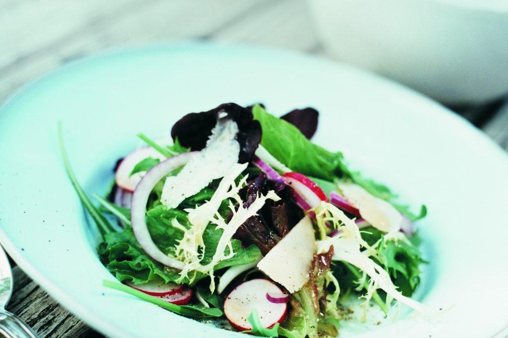 Recept från Zeta: Grönsallad med parmesan och hallonbalsamico