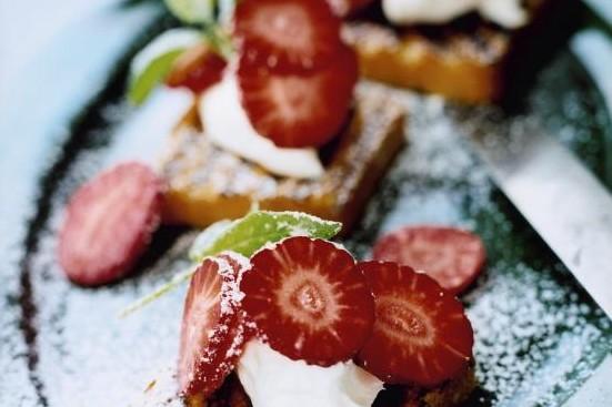 Recept från Zeta: Grillad sockerkaka med mascarpone, jordgubbar och mynta