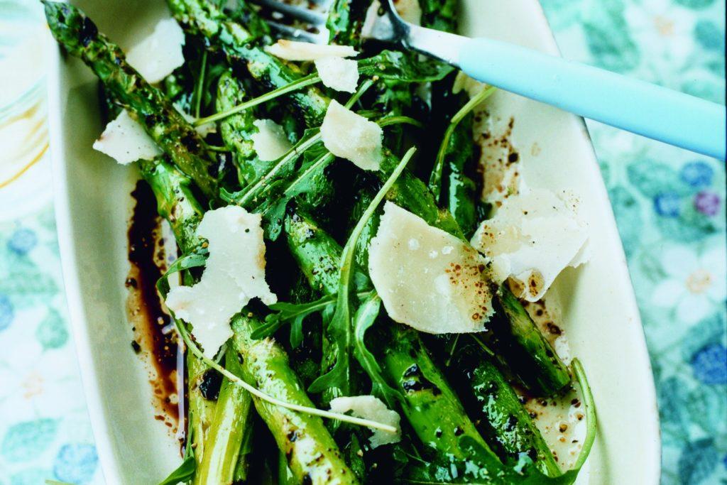 Recept från Zeta: Grillad sparris med parmesan, rucola och balsamico