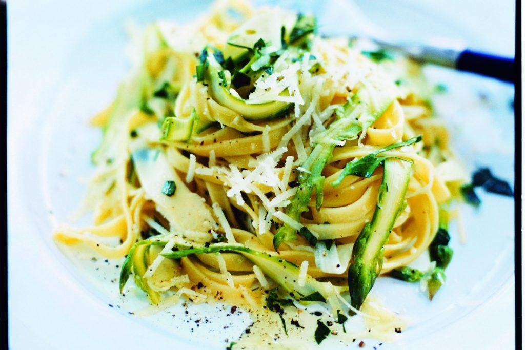 Recept från Zeta: Pasta med vit och grön sparris