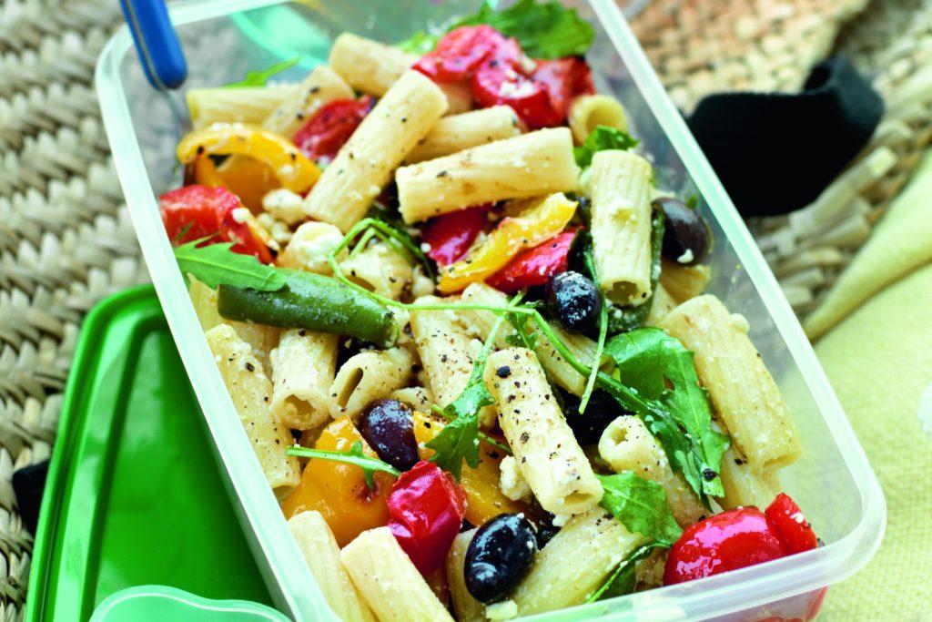 Recept från Zeta: Pastasallad med fetaost, oliver och rucola