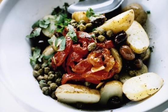 Recept från Zeta: Potatissallad med oliver, kapris och rostad paprika