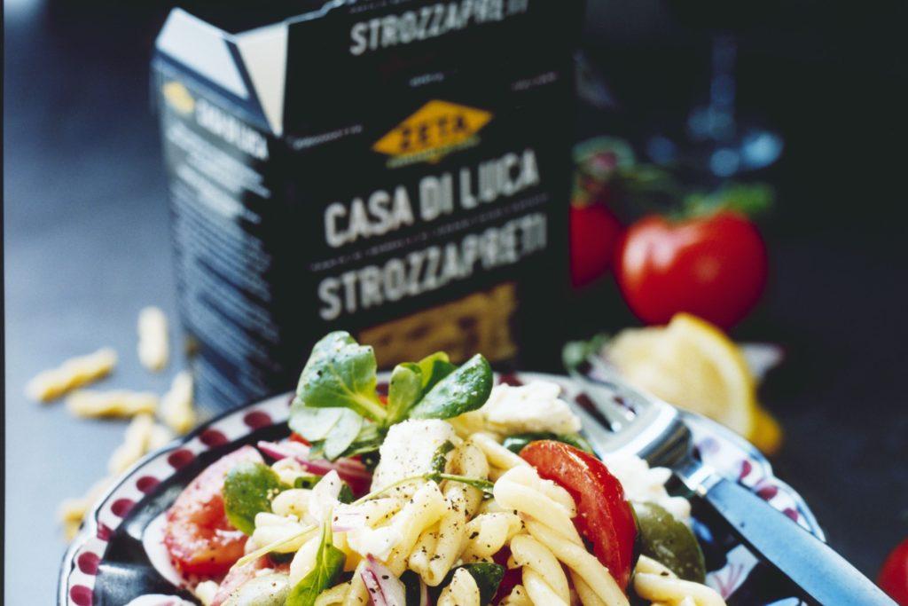 Recept från Zeta: Sallad med strozzapreti, tomat, fetaost och oliver
