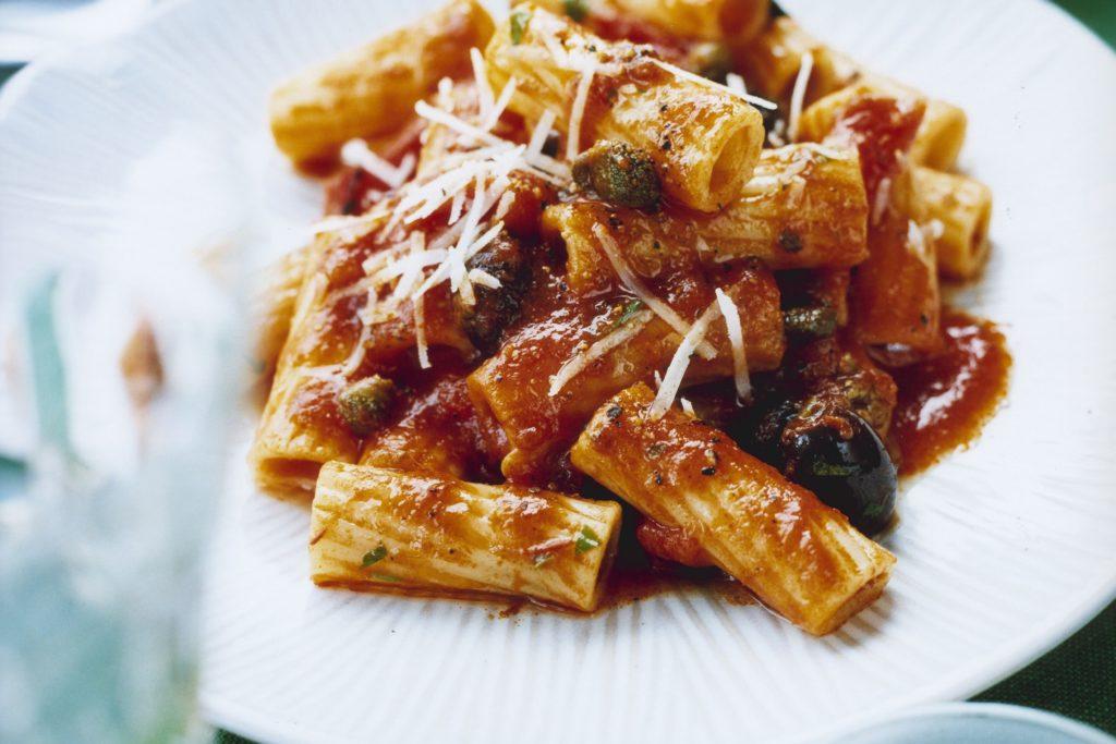 Recept från Zeta: Mezze Maniche med sardeller, kapris och rostad paprika
