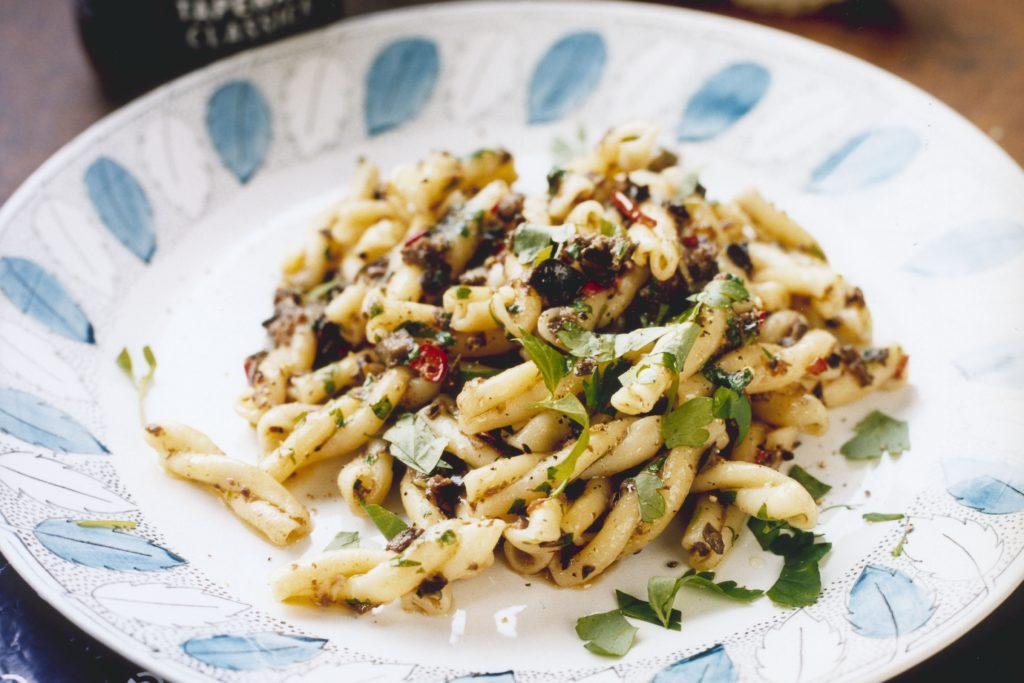Recept från Zeta: Strozzapreti med tapenade, chili och persilja