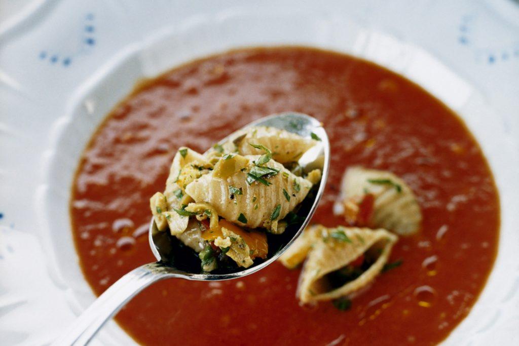 Recept från Zeta: Tomatsoppa med pasta, oliver och kapris