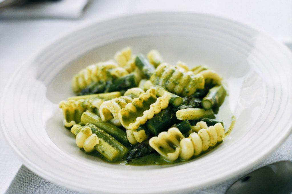 Recept från Zeta: Radiatori i ört- och parmesanbuljong med grön sparris