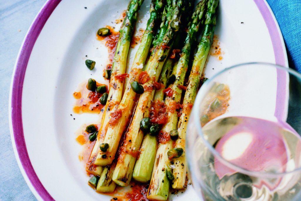 Recept från Zeta: Rostad Sparris med tomatvinägrett och pistaschnötter