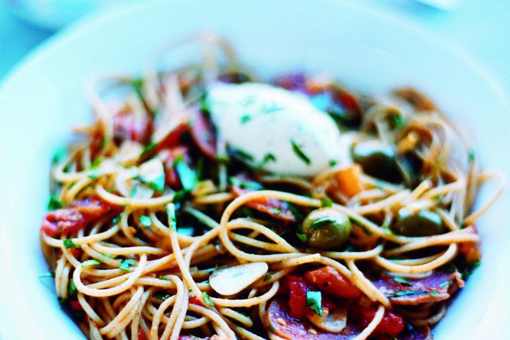Recept från Zeta: Spaghetti med salami, gröna oliver och mascarpone