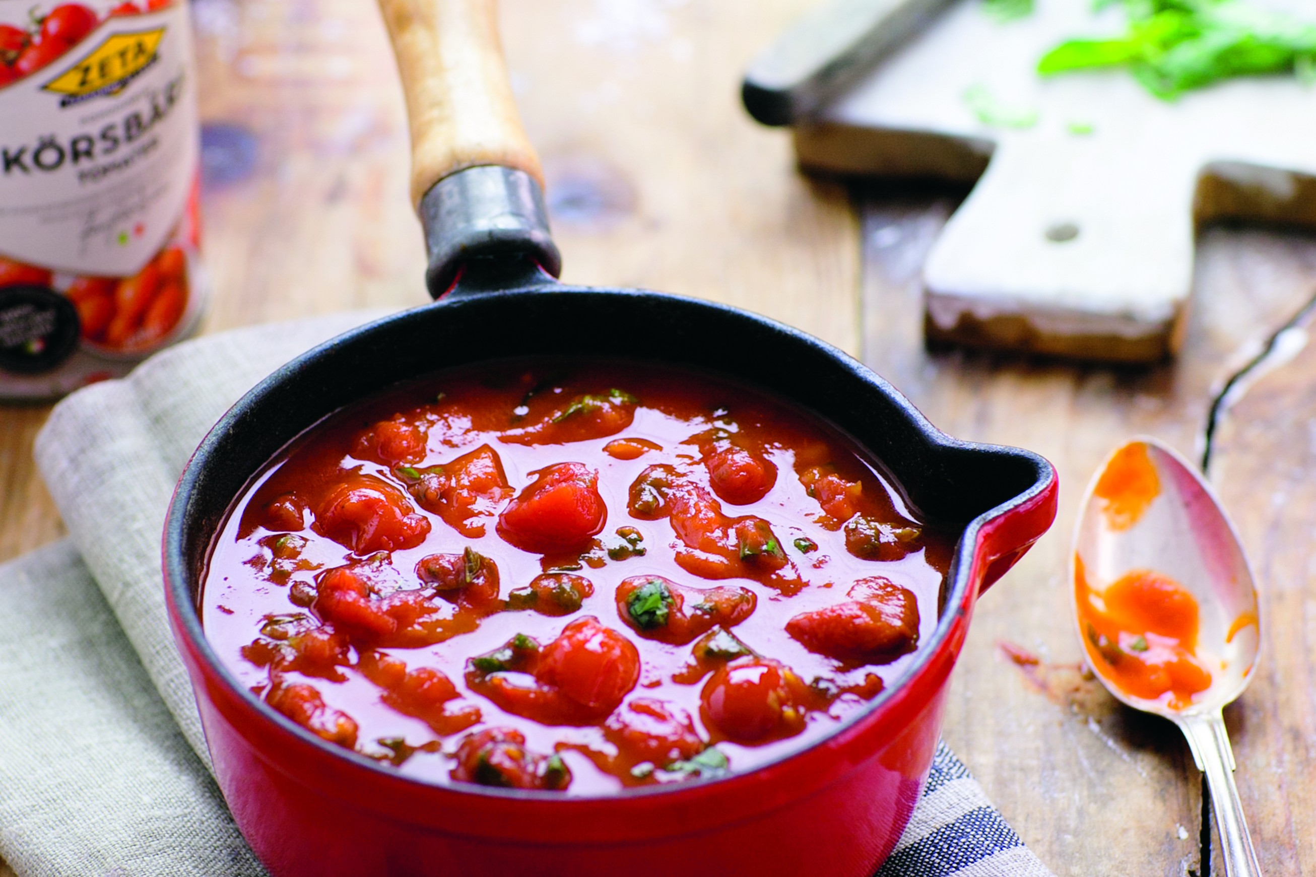 tomatsås pizza färska tomater