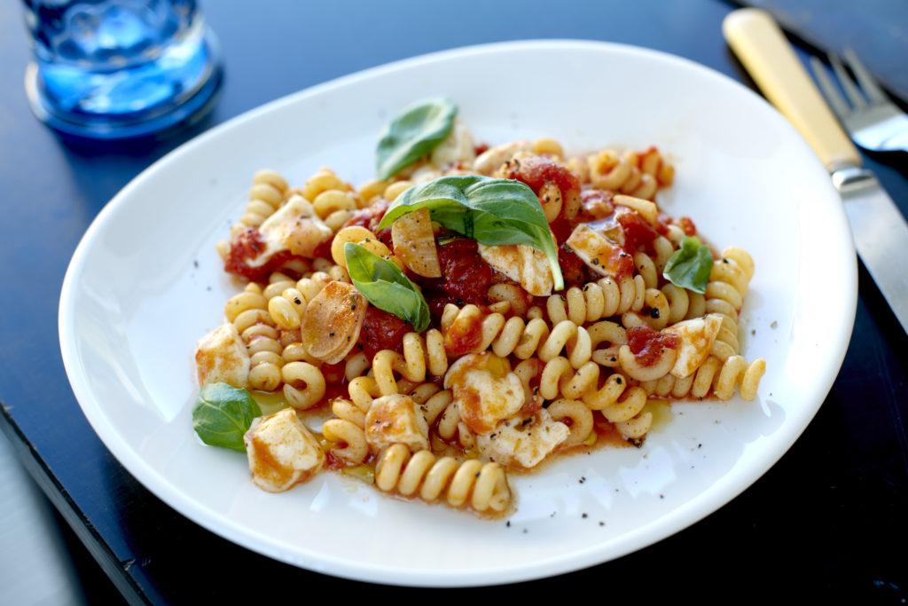 Recept från Zeta. Pasta_Fusilli_Bucati_med_tomatsås_mozzarella_och_basilika_st