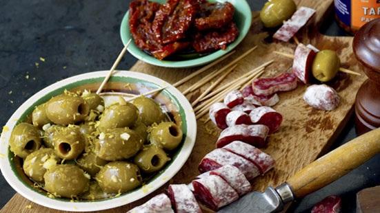 Recept från Zeta.Fuet_marinerade_oliver_soltorkade_tomater