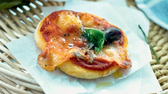 Recept från Zeta. Minipizza_sardeller_oliver_basilika