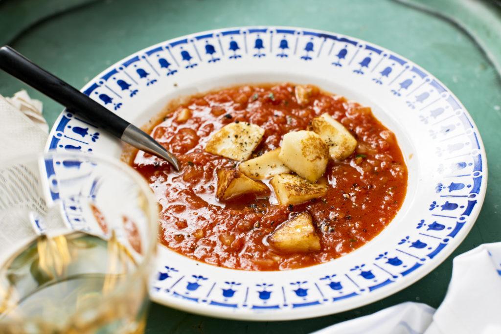Recept från Zeta. Tomatsoppa med knaperstekt halloumi