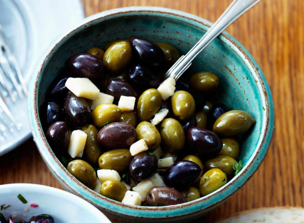 Recept från Zeta: Marinerade oliver med timjan och parmesanost