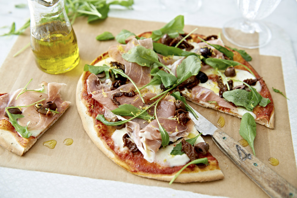 pizza med parmaskinka och rucola recept zeta. Black Bedroom Furniture Sets. Home Design Ideas