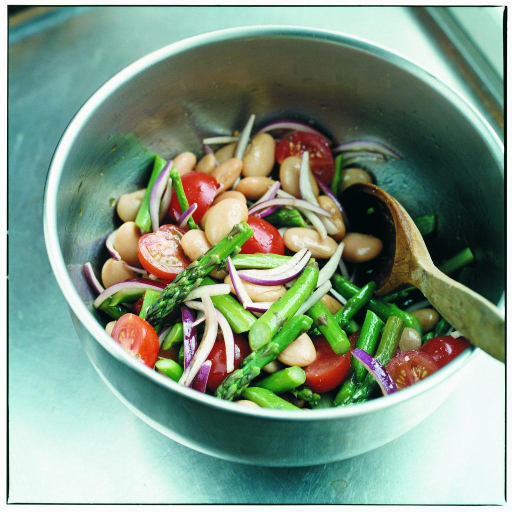 Recept från Zeta: Sparris-, tomat och bönsallad