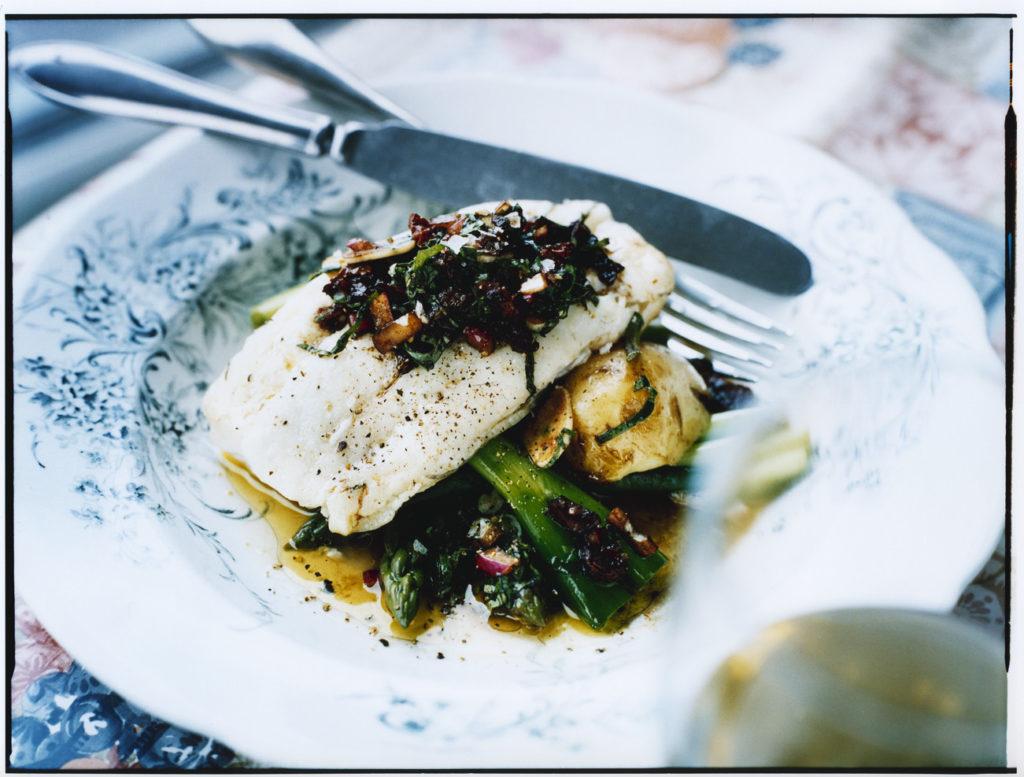 Recept från Zeta: Sej med sparris, tomat- och basilikavinägrett