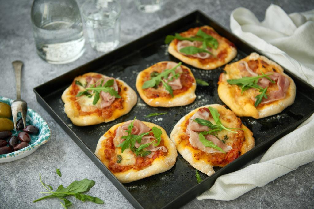 Recept från Zeta. Minipizza med linser och prosciutto.