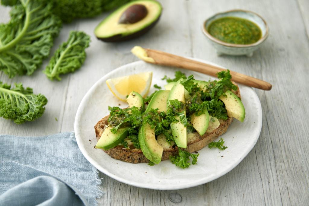 Recept från zeta. nu Grön macka med avokado, pesto och grönkål